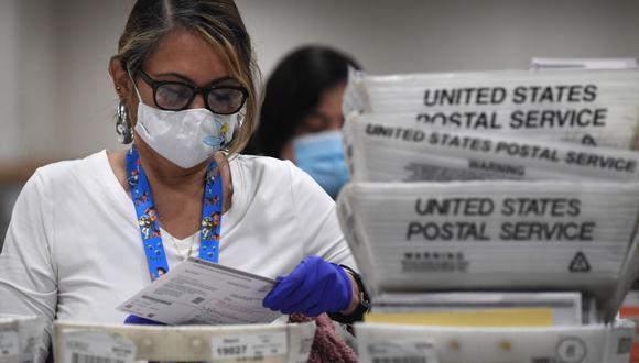 Las boletas por correo para las elecciones presidenciales de Estados Unidos son clasificadas en el centro de procesamiento del condado de Los Ángeles. (Foto de Robyn Beck / AFP).