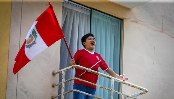 """Diego sale todas las noches a su balcón a cantar """"Contigo, Perú"""" durante el estado de emergencia (El Comercio/Fernando Sangama)"""