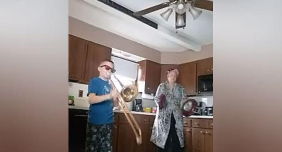 Faltando poco para que finalice el clip, la mujer agarró dos sartenes y los empezó a golpear como platillos. (YouTube: ViralHog)