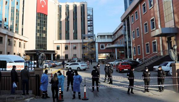 La policía y el personal de seguridad montan guardia fuera del Hospital Universitario Sanko privado donde se produjo un incendio en la unidad de cuidados intensivos de la enfermedad por coronavirus (COVID-19), en Gaziantep, Turquía. (Reuters/Kadir Gunes ).