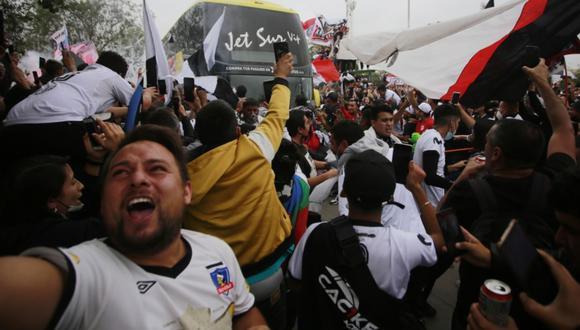 Hinchas de Colo Colo salieron de caravana acompañando al 'Cacique' hacia Talca.