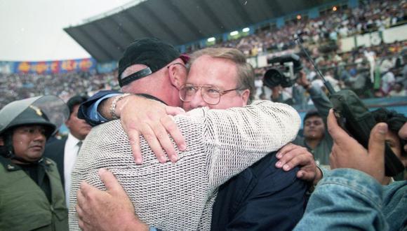 Universitario campeón del apertura 1998. En la foto Alfredo Gonzalez se abraza con el técnico crema Oswaldo Piazza. (Foto: GEC)