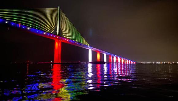 Puente de Sunshine Skyway, Florida, iluminado durante el Pride Weekend 2020. (Cortesía St. Petersburg Police Department)