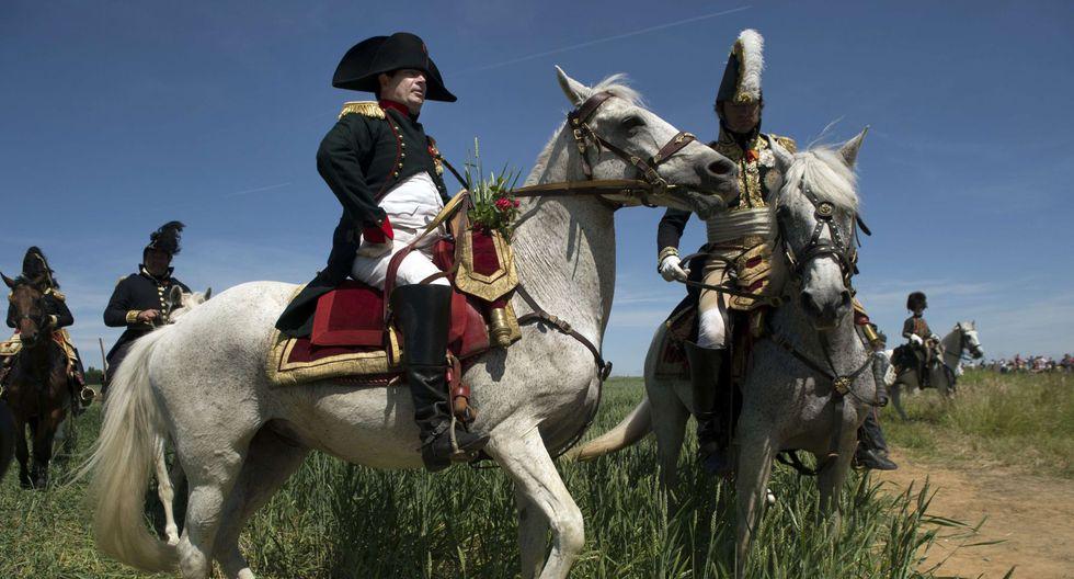 Imitador de Napoleón Bonaparte en una recreación de la batalla de Ligny. (Foto: AFP)