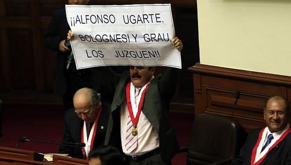 Jorge Rimarachín el día que protestó en el Hemiciclo cuando se retiraba el presidente Humala. (Foto: Rolly Reyna)