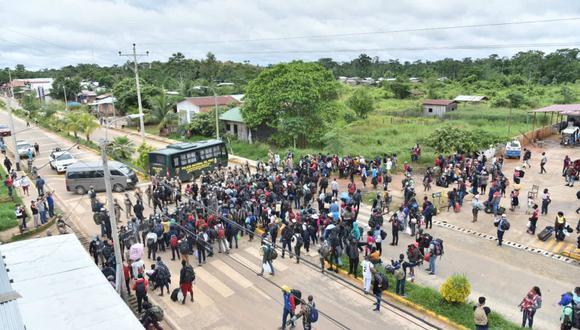 Luego de caminar unos cinco minutos desde el puente Integración, los extranjeros llegaron a la ciudad de Iñapari. (Foto: Municipalidad de Tahuamanu)