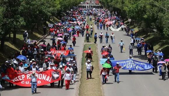 Cusco: manifestantes reclaman por incremento del ISC y bloquean vías