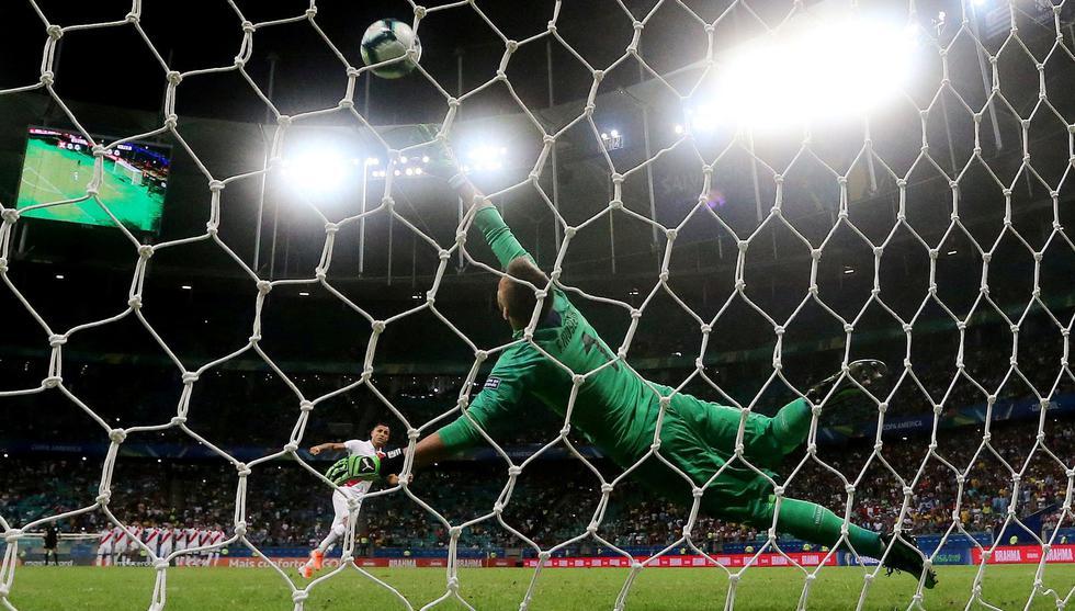 Perú vs. Uruguay: Yoshimar Yotún anotó de penal con soberbio remate esquinado por Copa América 2019 | VIDEO. (Video: América TV / Foto: AFP)