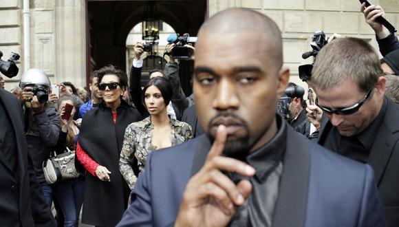 Kanye West (frente) lanzó duros mensajes contra su suegra Kriss Jenner (izquierda) y su esposa Kim Kardashian (centro) en una diatriba que ha causado preocupación por su salud menta. (Foto: KENZO TRIBOUILLARD / AFP)