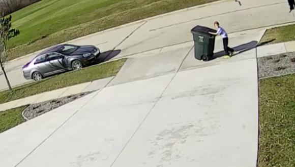 """Niño """"lucha"""" con un bote de basura y se vuelve viral [VIDEO]"""