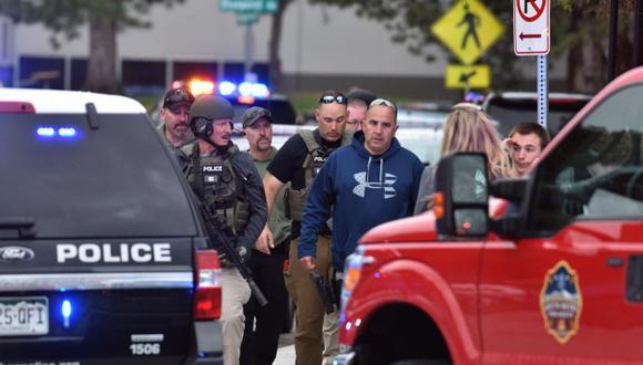Agentes abandonan la escena de un tiroteo en el que ocho estudiantes resultaron heridos en la escuela STEM Highlands Ranch, en Colorado. (Foto: AFP)