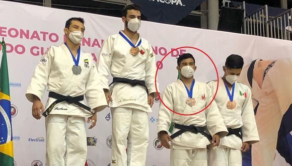 Alonso Wong (circunferencia) en el podio con su medalla de bronce. (Foto: Facebook)