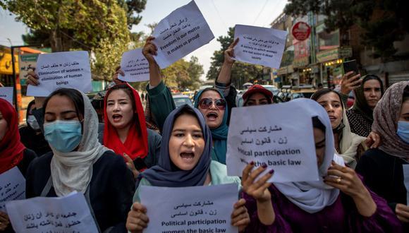 Mujeres afganas sostienen pancartas durante una manifestación para exigir mejores derechos para ellas frente al antiguo Ministerio de Asuntos de la Mujer en Kabul el 19 de septiembre de 2021. (BULENT KILIC / AFP).