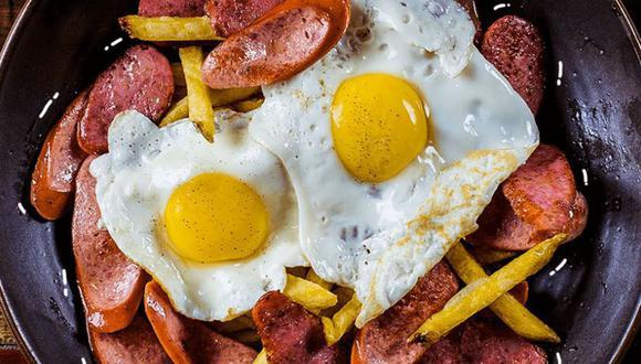 Con huevos fritos; con distintas clases de salchichas y chorizos; e incluso con variedades de papas nativas: la magia de la noble salchipapa está en que siempre se puede ser creativo con la receta.