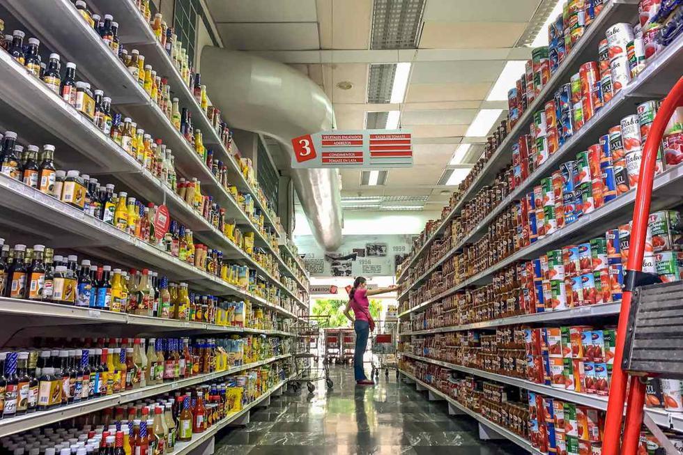 Una mujer escoge productos en un pasillo de un supermercado en la ciudad de Caracas (Venezuela).  (EFE/ Miguel Gutiérrez).