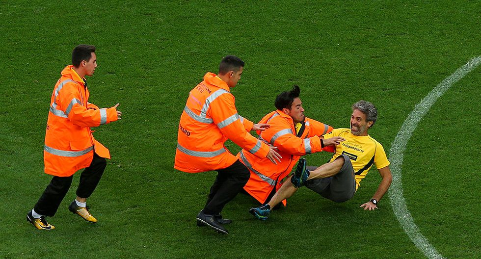 Soccer Football - La Liga Santander - FC Barcelona vs Las Palmas - Camp Nou, Barcelona, Spain - October 1, 2017   Man is tackled by security after invading the pitch    REUTERS/Albert Gea     TPX IMAGES OF THE DAY