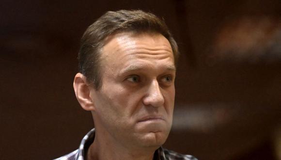 El líder de la oposición rusa Alexei Navalny es visto en una celda de vidrio durante una audiencia judicial en el tribunal de distrito de Babushkinsky en Moscú, el 20 de febrero de 2021. (Foto de Kirill KUDRYAVTSEV / AFP).
