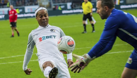 Ronaldinho se ganó la ovación del público en Alemania luego de realizar un lujo. (Foto: AP)
