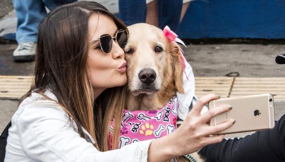 La popularización de las cámaras fotográficas en los teléfonos ha hecho que el concepto de selfie se haga mucho más popular. (Foto: AFP)