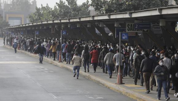 Una gran cantidad de usuarios hacía cola en la Estación El Naranjal. (Anthony Niño de Guzmán / @photo.gec)
