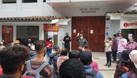 Los turistas se agruparon en la Dircetur Cusco pidiendo se les brinde las facilidades de ingreso a Machu Picchu. Hasta horas de la tarde, no obtuvieron respuesta favorable (Foto: Melissa Valdivia)