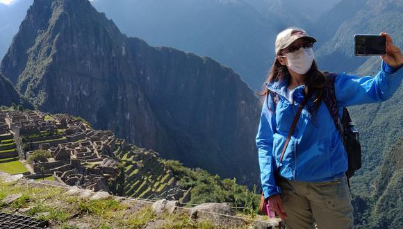 Junio, del 2020, una inspectora sanitaria se toma una selfie en Machu Picchu, principal atractivo turístico del Perú. (Foto: AFP)