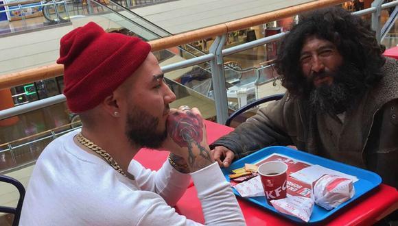 Barbero le regala un corte de pelo a un indigente y el cambio se vuelve viral. (Foto: Amir Carvajal)