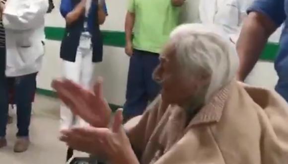 La mujer fue dada de alta el viernes. En imágenes difundidas por el IMSS se le observa aplaudiéndole a los médicos mientras abandonaba el hospital en silla de ruedas. (Foto: Captura de video/Twitter).
