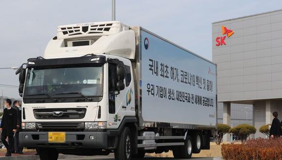 Un camión que transportaba las vacunas de AstraZeneca es visto en Andong, Corea del Sur, el 24 de febrero de 2021. (EFE/EPA/YONHAP SOUTH KOREA).