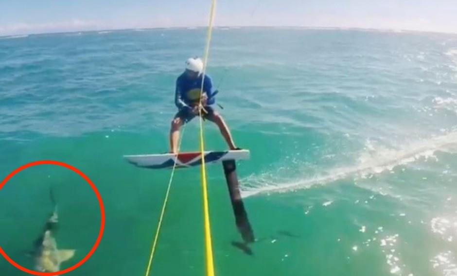 Un surfista de vela tuvo un encuentro cercano con un tiburón a la mitad del océano. (Foto: Abanoub Samy en YouTube)