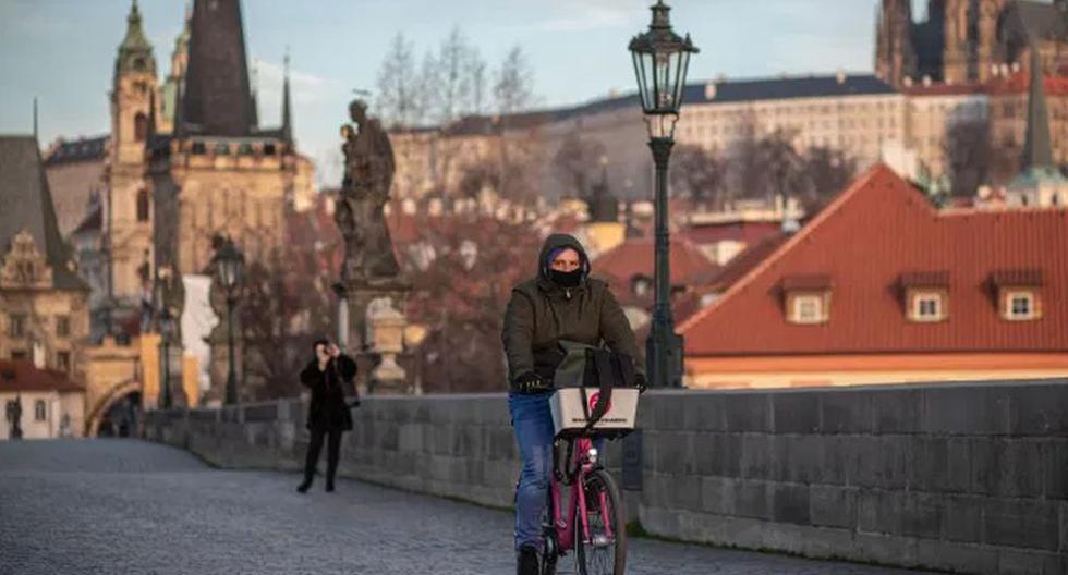 """República Checa puso en marcha desde este viernes un plan de """"cuarentena inteligente"""" para localizar y aislar nuevos contagiados cuando ya han desaparecido las restricciones al movimiento de personas y se ha reanudado la actividad económica. (Foto: EFE)"""