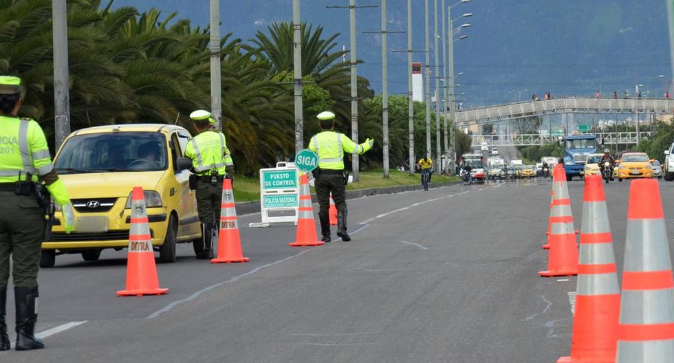 La policía colombiana lista para aplicar el pico y placa. (Foto: Twitter @TransitoBta)