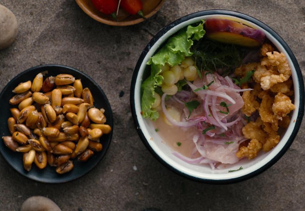Los imperdibles de la barra marina Al Toke Pez, en el distrito de Surquillo, son  el cebiche clásico y mixto, chicharrón de pescado y arroz con mariscos.(Foto: Netflix)