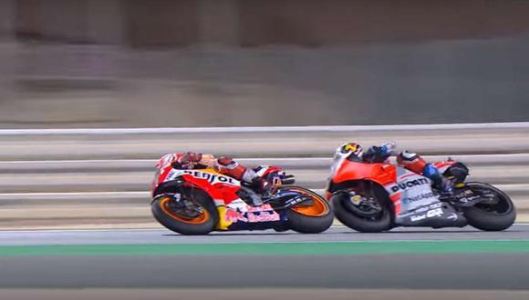 La batalla entre Dovizioso y Márquez duró hasta la línea de meta, llegando uno detrás de otro, a solo 0,027 segundos, seguidos de Rossi. (Youtube)