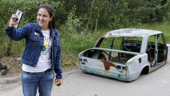 Foto de archivo: una turista posa en la zona de exclusión de Chernóbil en la ciudad abandonada de Pripyat este mes. (Foto: Getty Images)