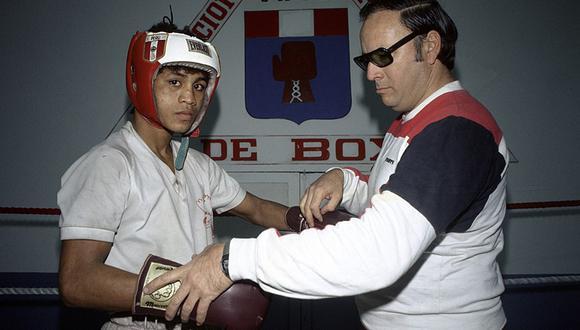 Luis Oliveros, entrenador de Mario Broncano, lo llevó a La Bombonera para que disputará su primera pelea oficial. (Archivo El Comercio)