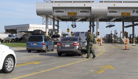 """La semana pasada, el gobernador Greg Abbott había autorizado una mayor presencia de policías estatales en la frontera de Texas para """"detener cualquier vehículo ante la sospecha razonable"""" de que transporte migrantes. (Foto: AP)"""