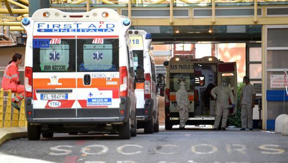 Las ambulancias esperan a los pacientes de coronavirus en un acceso restringido fuera del hospital Umberto I en Roma, Italia, el 28 de octubre de 2020. (Foto de Filippo MONTEFORTE / AFP).