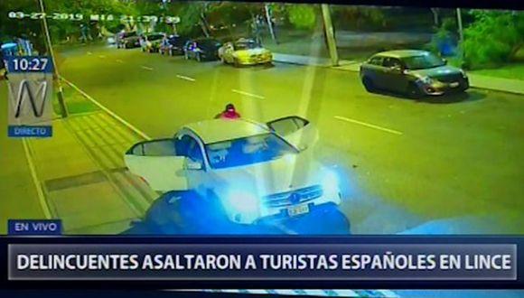 Video registra el momento del asalto a turistas españoles en los exteriores de un edificio en Lince. (Foto: Captura Canal N)