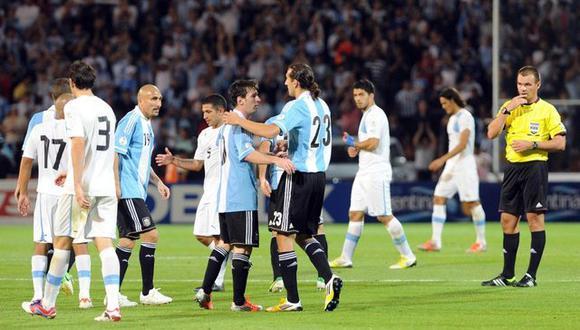 Hernán Barcos y Lionel Messi luego del partido ante Uruguay en Mendoza por Eliminatorias al Mundial de 2014. (Foto: Diario Registrado)
