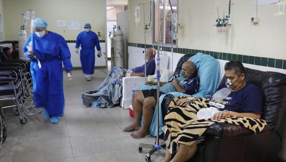 Los pacientes en tratamiento por COVID-19 se sientan en sillas debido a la falta de camas en el Hospital Clínicas de San Lorenzo, Paraguay. (Foto: AP / Jorge Sáenz)