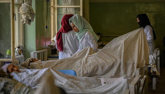 Enfermeras atienden a pacientes en el hospital Wazir Akbar Khan en Kabul, Afganistán, el 1 de septiembre de 2021. (Aamir QURESHI / AFP).