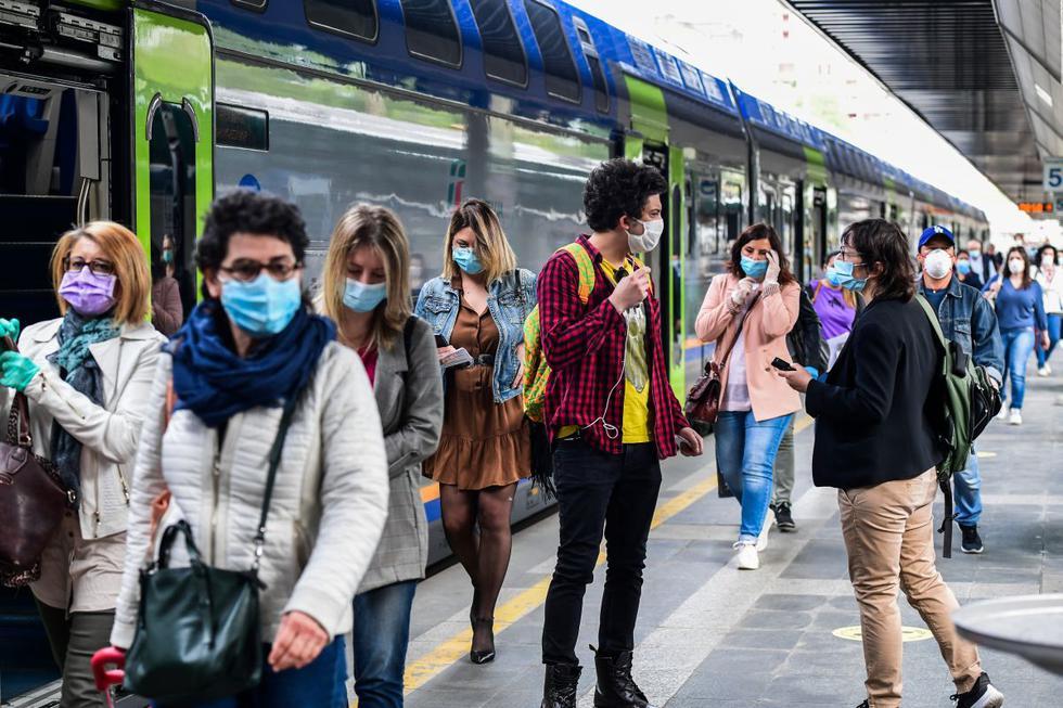 Los pasajeros llegan de los trenes regionales a la estación de tren de Cardona el 4 de mayo de 2020 en Milán, cuando Italia comienza a aliviar su bloqueo, durante el bloqueo del país destinado a frenar la propagación de la infección COVID-19, causada por el nuevo coronavirus. (Foto: AFP/Miguel Medina)