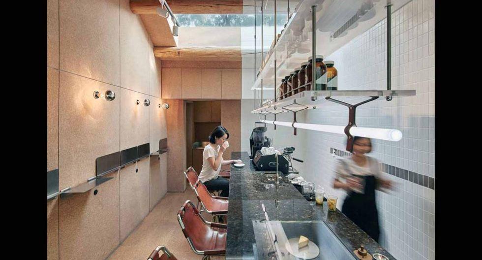 La cafetería está dividida por una barra de espejo revestida de losa de granito. (Foto:  Zhang + Yu Cheng / office-aio.com)