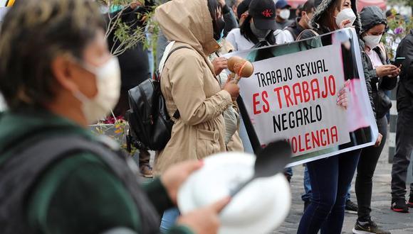 Un grupo de trabajadoras sexuales protesta por el cierre de los sitios de tolerancia a causa de pandemía en Quito, Ecuador. (EFE/ José Jácome).