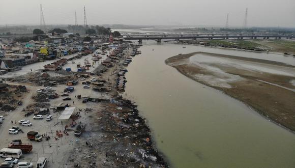 En esta fotografía aérea tomada el 5 de mayo de 2021 se ven piras funerarias de las víctimas del coronavirus Covid-19 en un crematorio a orillas del río Ganges, en Garhmukteshwar, India. (Foto de Archana THIYAGARAJAN / AFP).