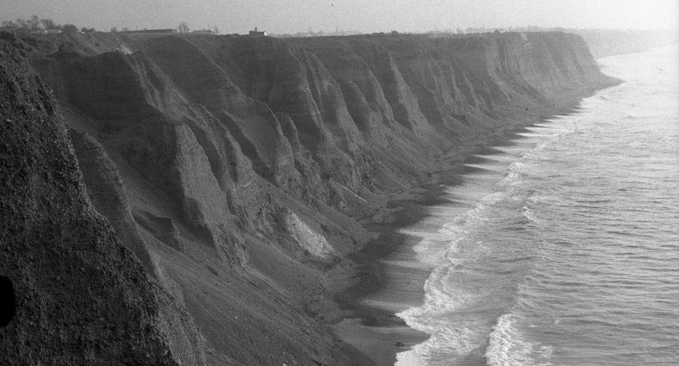 Antes de la Costa Verde, Lima era una ciudad que vivía de espaldas al mar, por la ausencia de playas. (Foto: Archivo Histórico El Comercio)