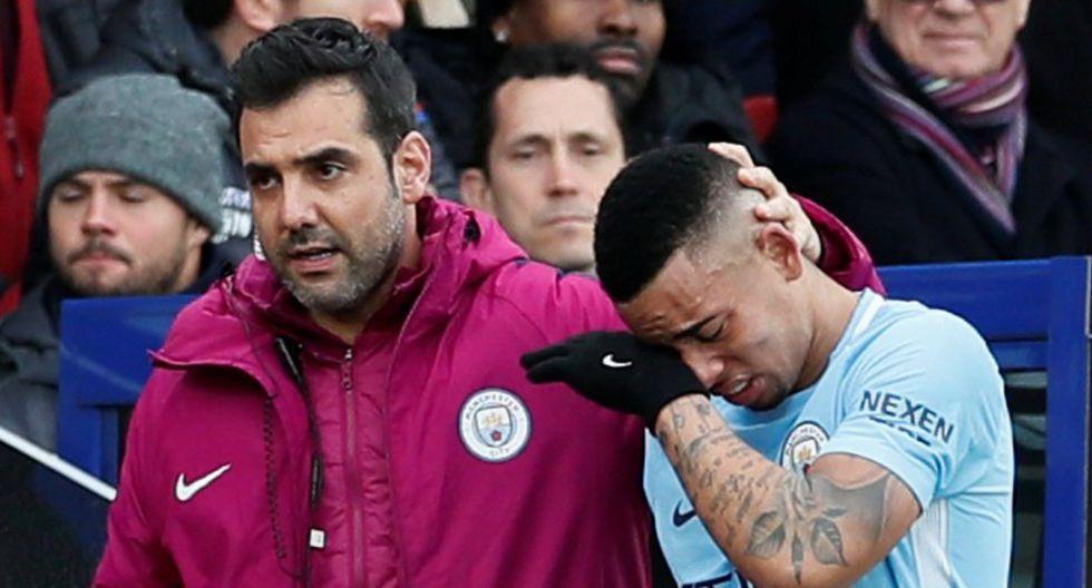 Gabriel Jesus se fue del partido ante el Crystal Palace entre lágrimas y acompañado por todo el cuerpo médico hacia la banca. Se especula que se dañó los ligamentos. (Foto: AFP)