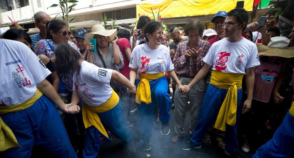 Bailarines de la Sociedad Chung Shan surcaron cohetecillos que eran lanzados a su paso. (Foto: Renzo Salazar)
