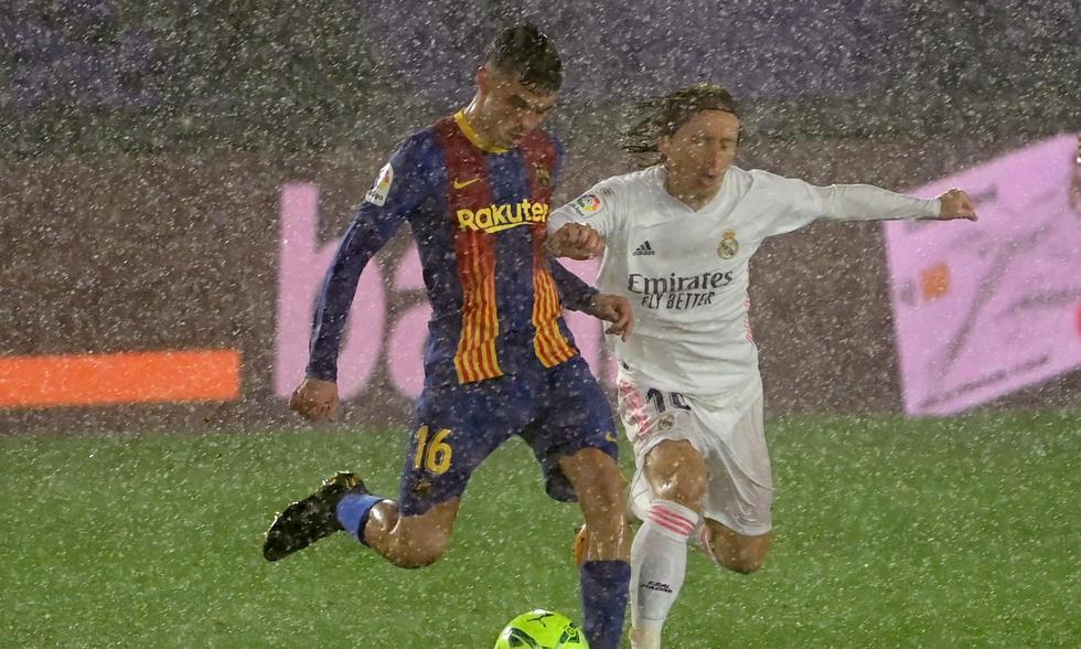 La fuerte lluvia invade el campo del Alfredo di Stéfano en el Real Madrid vs Barcelona | Foto: AFP